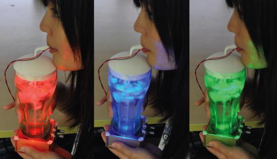 Zwei Silberelektroden berühren die Zunge von oben und unten. Sauer, salzig und bitter lässt sich über Stromzufuhr simulieren, minzig und würzig über Wärme und Kühlung. Die unterschiedlichen Farben korrelieren mit der Geschmacksempfindung.