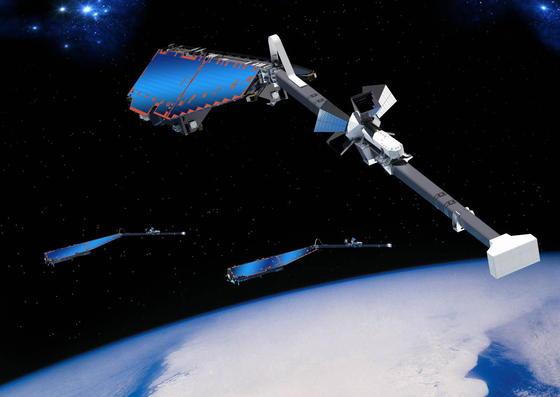 Ende 2017 soll die Deutsche Orbitale Servicing Mission - kurz DEOS - starten und Weltraumschrott einfangen. Mit dieser Mission wollen ESA und DLR zeigen, dass das sichere Anfliegen, Warten und Montieren eines defekten, taumelnden Satelliten im Orbit ohne den Einsatz von Astronauten möglich ist. Mit demRoboterarm soll der Reparatursatellit taumelnde Satelliten erfassen und aufnehmen.