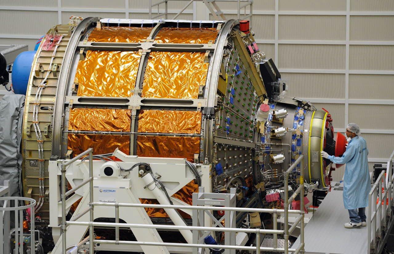 Der europäische Raumfrachter ATV-5 wird bei der Airbus-Tochter Astrium in Bremen ausgestattet, bevor er zum europäischen Weltraumbahnhof in Kourou gebracht wird. Von dort aus wird er im Sommer 2014 an Bord einer Ariane-5ES-Rakete zur Internationalen Raumstation ISS aufbrechen.