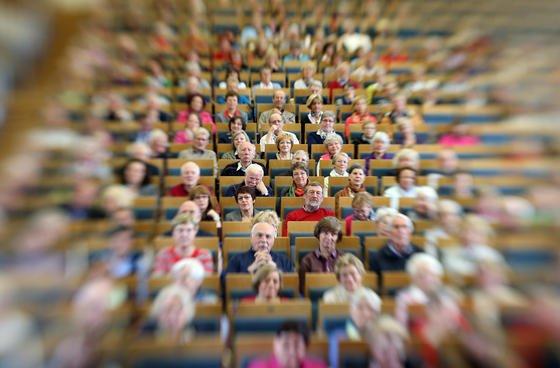 Senioren bei einer Vorlesung in einem Hörsaal der Universität in Münster. Lernen, was sie ihrem Alter und ihrem Gesundheitszustand entsprechend kochen und essen sollten, können sie künftig mit dem digitalen Assistenzsystem Diafit.
