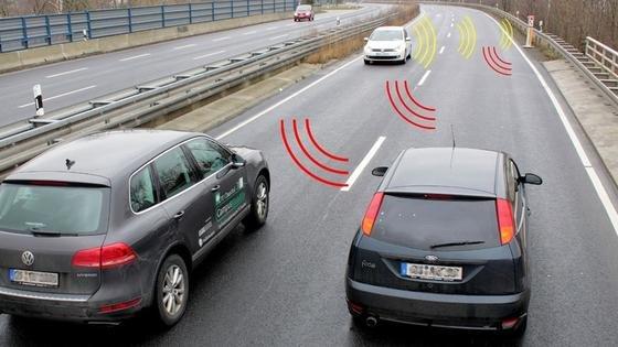 Zukünftig könnten die orangenen Notrufsäulen auf der Autobahn dazu dienen, Positionsdaten vorbeifahrender Autos zu sammeln. Bei einer Geisterfahrt könnten sie dann Autofahrer in der Umgebung über die neue App warnen. Und das viel schneller als das Radio.