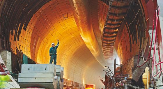 Mit Maschinen von Herrenknecht bauen Arbeiter einen Straßentunnel in Madrid. Das deutsche Unternehmen kämpft derzeit auch um den Auftrag für den chinesischen Meeres-Tunnel.