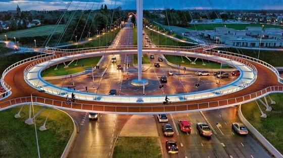 Der niederländische Hovenring: Seit Sommer 2012 benutzen täglich 4000 bis 5000 Radfahrer den schwebenden Kreisverkehr in Eindhoven.
