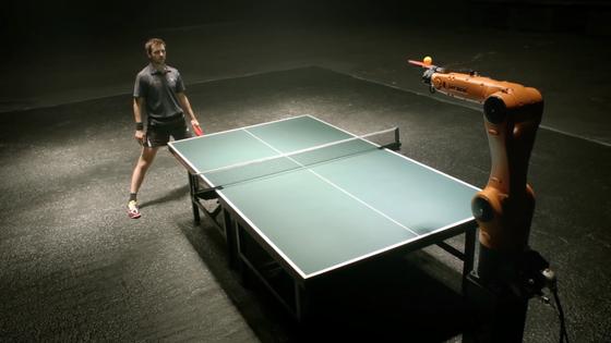 Kuka-Roboter im Spiel mit Tischtennis-Star Timo Boll: Der Absatz von Robotern ist 2013 auf das Rekordniveau von 168.000 weltweit gestiegen.