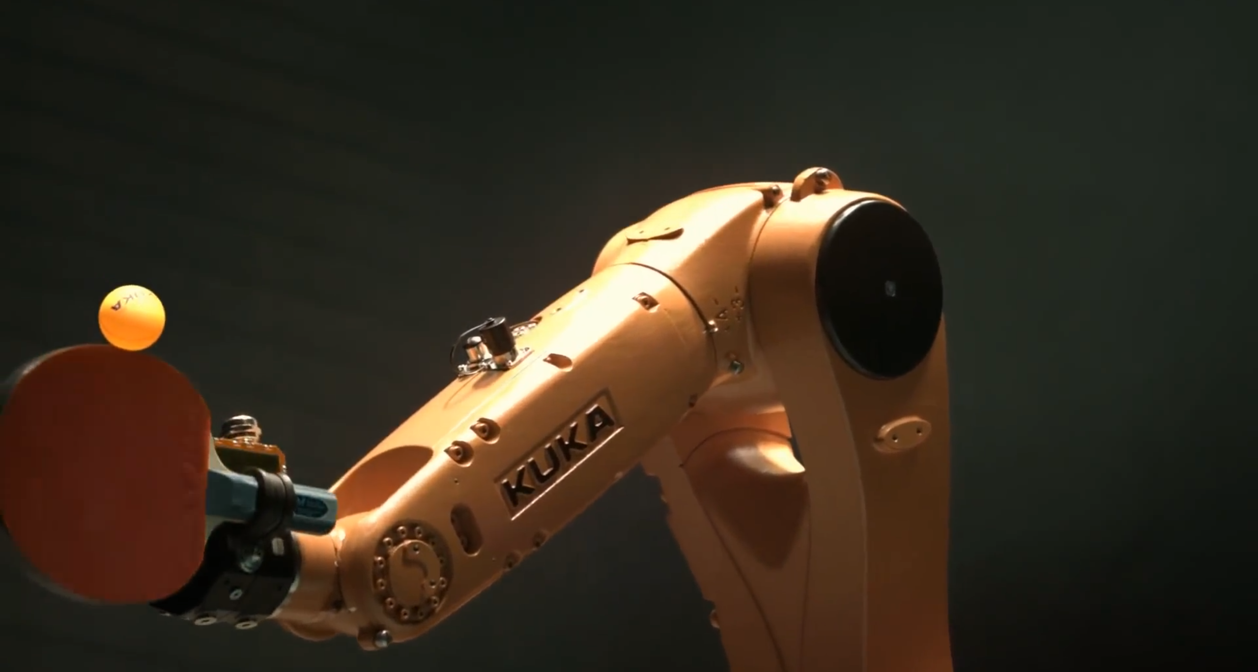 Kuka-Roboter beim Aufschlag: Am 11. März wird der Agilus-Robotergegen Tischtennis-StarTimo Boll antreten.