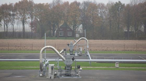 Die niederländische Regierung hat angekündigt, die Erdgasgewinnung im Groningen-Feld schon ab diesem Jahr zu reduzieren. Seit über 25 Jahren gibt es dort Erdbeben, die durch die Erdgasförderung ausgelöst werden. Im letzten Jahr wurden 127 Beben zum Teil starke registriert und zahlreiche Immobilien beschädigt.