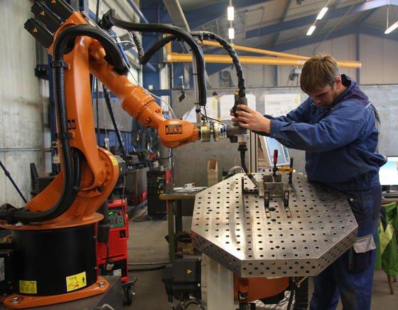 Zukünftig sollen sich Roboter wesentlich schneller für neue Anwendungen programmieren lassen. Auch von Arbeitern, die über wenig Vorwissen verfügen. Das kommt besonders kleineren Unternehmen mit häufigen Produktionswechseln zugute. Sie müssen nicht extra einen Experten für Robotik beschäftigen.