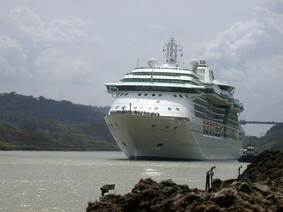 Der 82 Kilometer lange Panamakanal verbindet den Pazifik mit dem Atlantischen Ozean und erspart der Schifffahrt die Fahrt um das Kap Horn. Die Konkurrenz-Route durch Nicaragua schlägt eine Schneise quer durchs Land. 286 Kilometer lang und 52 Meter breit.