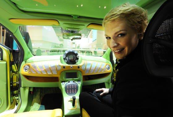 Ein Foto von der Fachmesse für Kunststoff: High-Tech-Kunststoffe sorgen hier für ein leichtes Gewicht des Fahrzeugs.