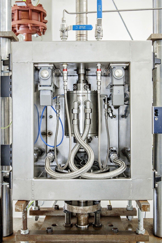 Neuartiger Prüfaufbau des Fraunhofer LBF, mit dem der schädigende Einfluss brennbarer Flüssigkeiten auf Kunststoffbauteile analysiert wird.