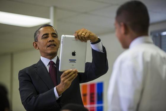 US-Präsident Barack Obama mit iPad in einer Klasse in Maryland: Der US-Präsident sollte aufpassen, dass er nicht abgehört wird. Denn im Betriebssystem von iPad, iPhone und den Mac-Computern versteckt sich eine Sicherheitslücke. Die erlaubt Hackern das Kapern eines E-Mail-Accounts.