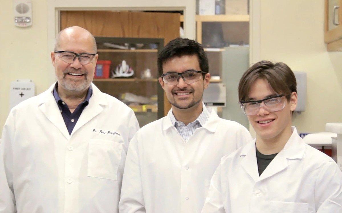 Die Materialforscher der University of Texas in Dallas haben aus herkömmlicher Angelleine unterschiedliche Formen künstlicher Muskeln hergestellt (v.l.):Dr. Ray Baughman, Dr. Márcio Lima und Carter Haines.