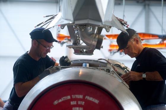 """Montage des Triebwerks bei einem Airbus A320 in Toulouse: Nach Angaben von COOGünter Butschek will Airbus die Produktion weiter automatisieren, um effizienter zu werden. """"Wir als Flugzeugbauer sind in der getakteten Fließfertigung angekommen"""", sagte er den VDI nachrichten auf der Berliner Luftfahrtmesse ILA."""