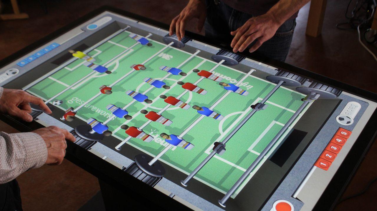 Die Anwendungsmöglichkeiten der neuartigen Computertische sind vielfältig: Selbst Kickern ist möglich.
