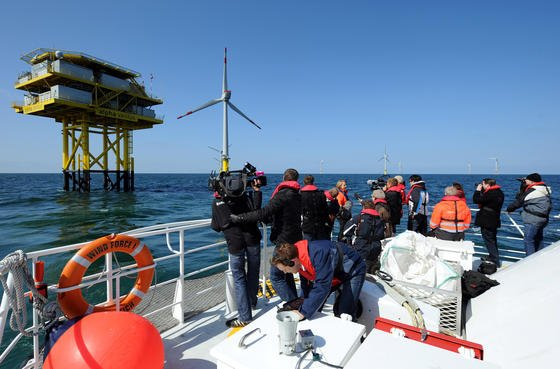 """Der Offshore-Windpark """"alpha ventus"""": Das Foto entstand im April 2010. Inzwischen hat alpha ventus eineMilliarde Kilowattstunden klimafreundliche Energieerzeugt."""