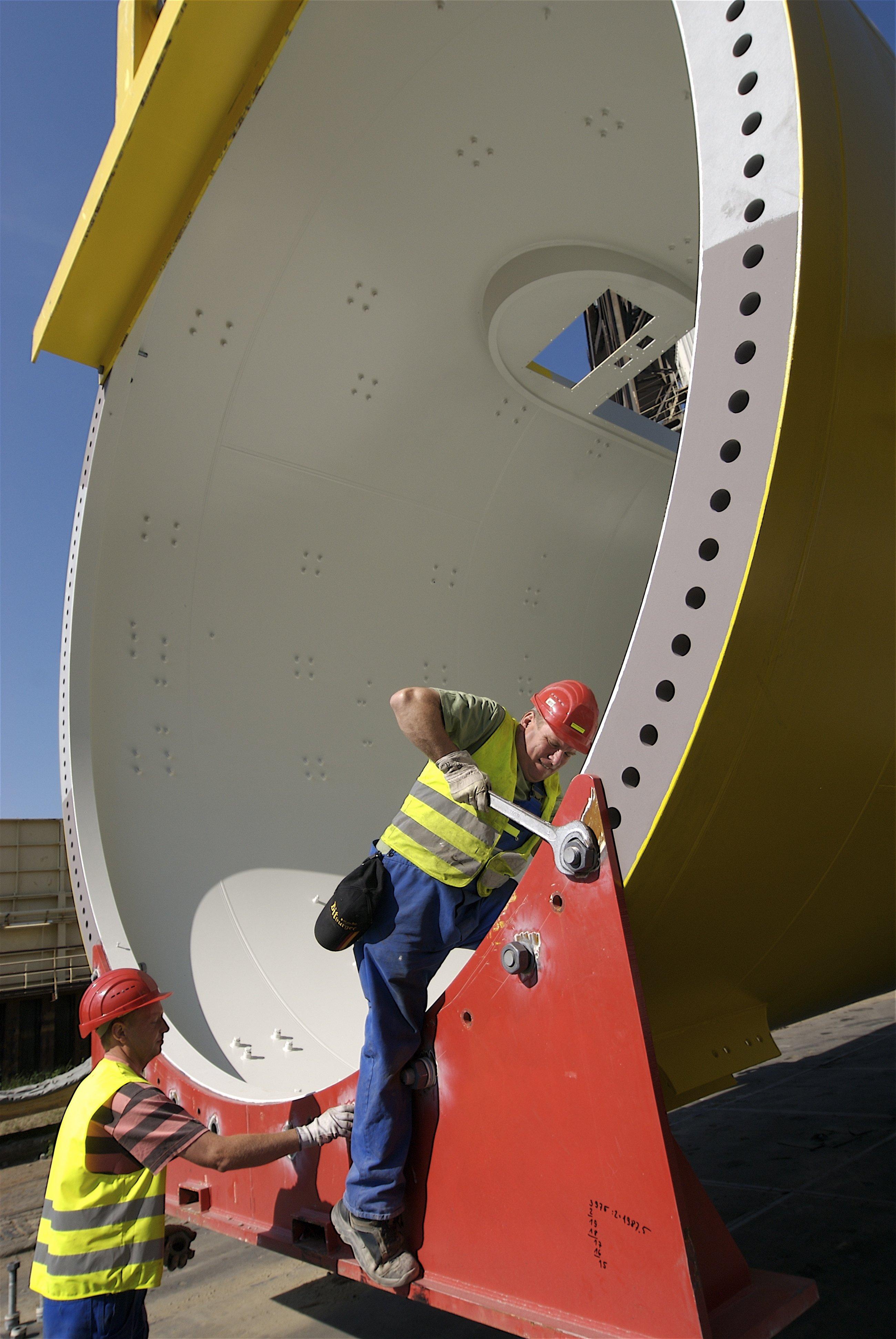 Ein unteres Turmsegment für den Offshore-Windpark alpha ventus.