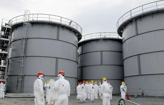 In den riesigen Tanks wird radioaktiv verseuchtes Wasser gelagert.