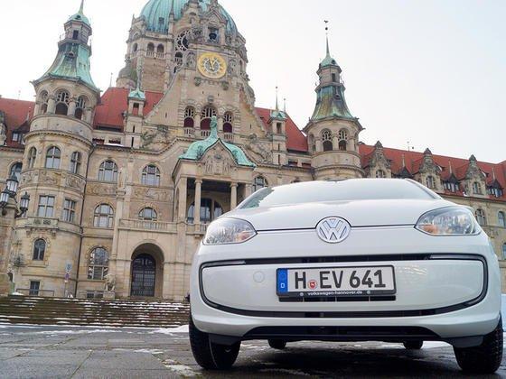 In diesem Jahren sind volumenstarke Elektroautos wie der E-Up von Volkswagen auf den Markt gekommen. Im Bild: Einer von acht E-Ups, die die Landeshauptstadt Hannover gekauft hat und in ihrem Fuhrpark einsetzt.