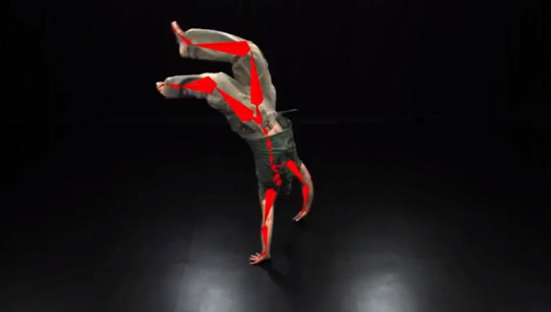 Die Software berechnet in wenigen Millisekunden ein dreidimensionales Bewegungsskelett (rot). Dieses kann sogar Körperteile umfassen, die in der Einstellung von einem anderen Schauspieler verdeckt sind.