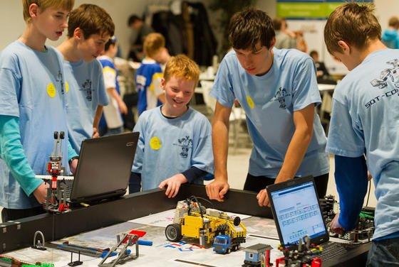 Schüler mit ihren Lego-Robotern im Roboterwettkampf «First Lego League 2013» in Eberswalde: Jugendliche wissen gut mit Digitalisierung und Internet umzugehen. Dennoch ist die Mehrheit der Bundesbürgern in Sachen Digitalisierung skeptisch und sich für die Zukunft viele Nachteile, so eine aktuelle Umfrage des Bundesforschungsministeriums.