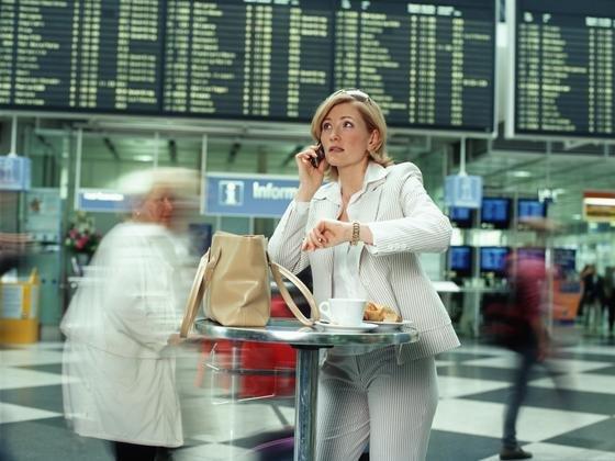 """Managerin am Flughafen: Sind Frauen mit ihrer """"weiblichen Intuition"""" die besseren Manager? Der Frage, was """"Typisch Frau"""" und """"Typisch Mann"""" ist, gingen Berliner Forscher nach. Das Ergebnis: Die Stereotypen leben in beiden Geschlechtern."""