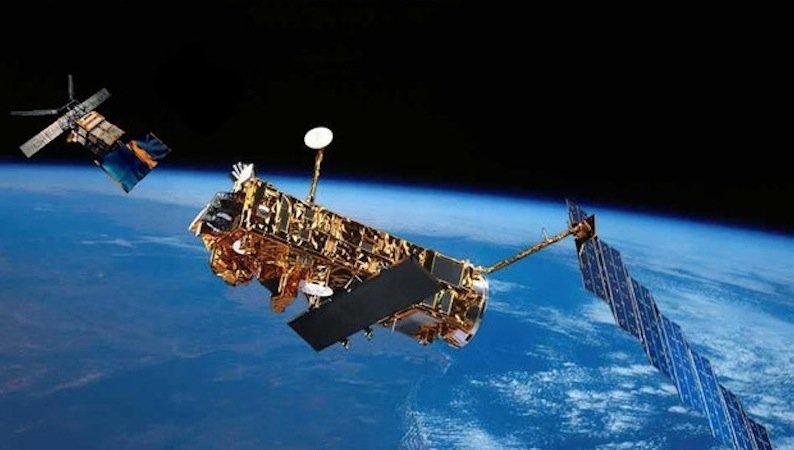In einer Höhe von 700 Kilometer würde Envisat durch die Reibung der Atmosphäre so weit abgebremst, dass er innerhalb von 25 Jahren absinken und schließlich verglühen würde.
