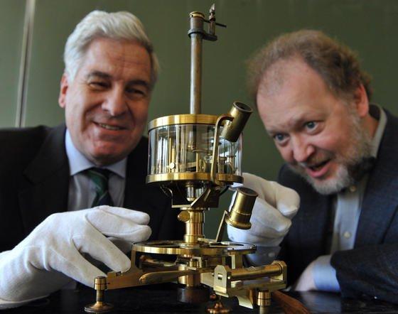 Physiker Thomas Walcher (links) und Forscher Thilo Weitzel (rechts) fanden heraus, dass es sich beim unbekannten Technikfundstück um ein Galvanometer aus dem 19. Jahrhundert handelt. Für diese Leistung wurden sie von der Deutschen Akademie der Technikwissenschaften jetzt ausgezeichnet.