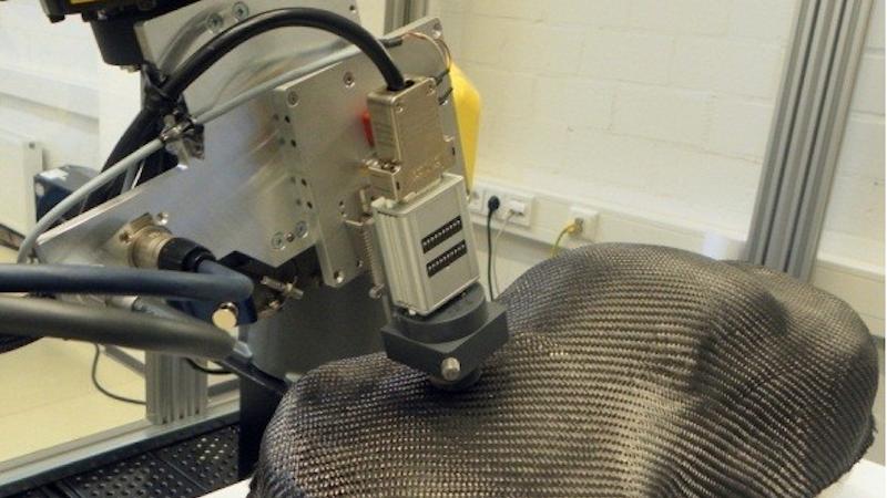 EddyCUS sendet ein elektromagnetisches Wechselfeld aus, das sich im Bauteil fortsetzt.Der Weg des Stroms im Inneren des Bauteils wird von Sensoren verfolgt und per Computer zu einem Rasterbild zusammengesetzt. Fehler lassen sich somit gut erkennen.