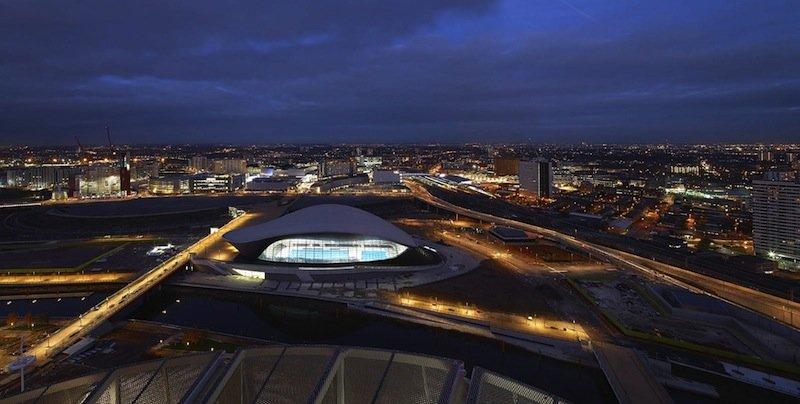 Die Schwimmhalle befindet sich am südöstlichen Ende des Olympiageländes, grenzt an den Stadtteil Stratford an und ist durch einen Themse-Kanal von den anderen Olympiastätten getrennt.
