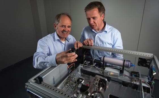 Professor René Beigang und Thorsten Sprenger (v.l.n.r.) entwickelten den Postscanner.