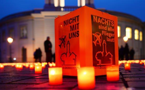 Mit Kerzen und Transparenten haben Anwohner des künftigen Hauptstadtflughafens für ein Nachtflugverbot vor dem Landtag in Potsdam protestiert. Das Nachflugverbot ist zwischen Berlin und Brandenburg umstritten. BER-Chef Mehdorn hat vor zu großen Einschränkungen des Flugverkehrs gewarnt.