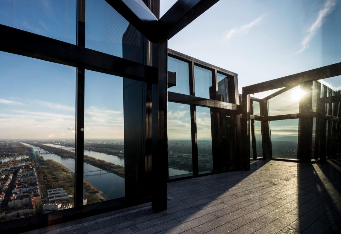 Diese Aussicht über Wien bietet sich vom Dach des 250 Meter hohen DC Towers.