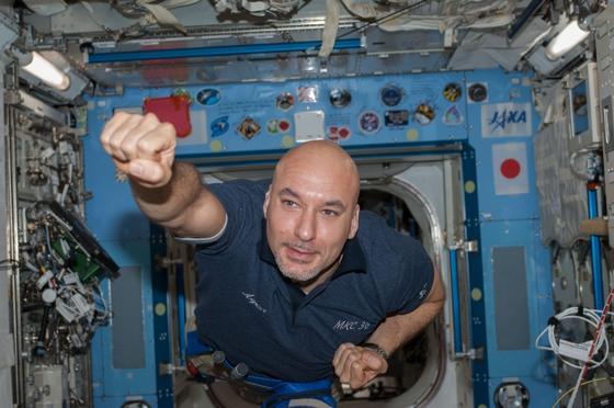 ESA-Astronaut Luca Parmitanokam im Sommer 2013 bei einem Außeneinsatz auf der ISS nur knapp mit dem Leben davon. Durch eine defekte Pumpe in seinem Raumanzug stieg das Wasser so hoch, dass es über Mund und Nase stand. Das Bild zeigt Parmitano am 17. Juli 2013, einen Tag nach dem Außeneinsatz, und deutlich sichtbar erfreut, dass er den Einsatz überlebt hat.