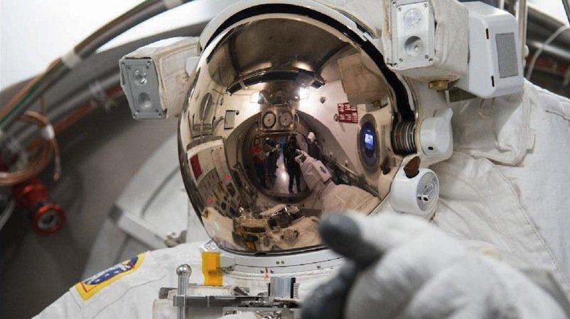 Während seines Außeneinsatzes stieg das Wasser im Helm des Raumanzugs langsam an. Als Parmitano schließlich in letzter Sekunde die Luftschleuse erreichte, stand ihm das Wasser schon bis zur Nase.