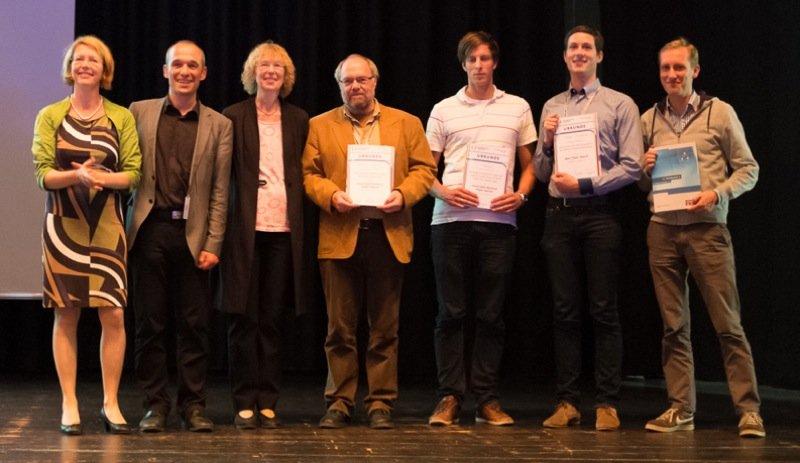 Nils Backhaus (2.v.re.) erhält in Bremen den Best Paper Award.