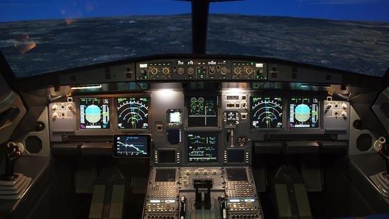 Das Cockpit des A320-Simulators. Links im Bild sieht man das Display des getesteten Pilotenassistenzsystems.