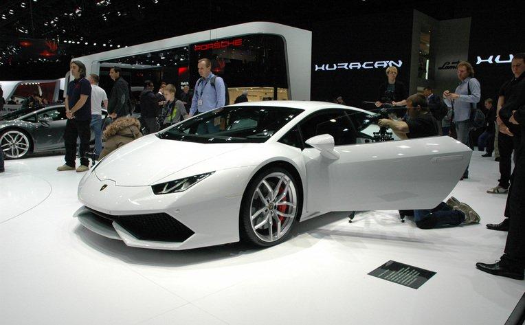 Der 610-PS-starke Motor im Lamborghini Huracán beschleunigt in nur 3,2 Sekunden von Null auf 100 km/h. Der Spritverbrauch liegt kombiniert bei moderaten 12 Litern. Das liegt unter anderem an der Karosserie aus Karbon und Aluminium.