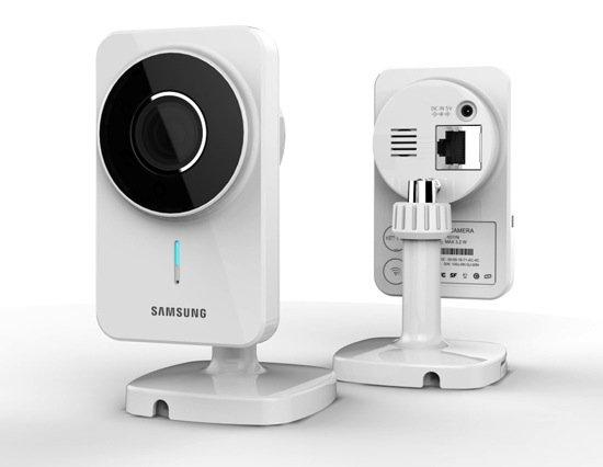 Die SmartCam von Samsung ist neun Zentimeter hoch und 5,3 Zentimeter breit. Das notwendige Material zur Wand- oder Deckenmontage wird mitgeliefert.