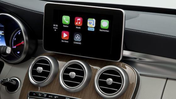 Mercedes bietet Apples Carplay in der neuen C-Klasse an. Auf dem Monitor der Mittelkonsole kann der Fahrer wie gewohnt die Basisfunktionalität des iPhones nutzen. Sprachassistent Siri hilft bei der Navigation und liest Texte vor.