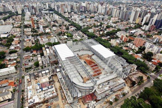 Luftaufnahme der Arena da Baixada in Curitiba/Brasilien Mitte Dezember: Der Stadionbau ist weit in Verzug und soll erst kurz vor Beginn der Fußball-WM fertig werden.