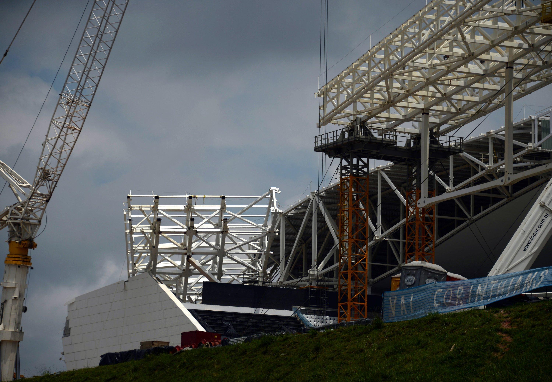Das eingestürzte Dach des Stadions «Arena Corinthians» am 16.12.2013 in Sao Paulo: Ein Kran ließ die Dachkonstruktion zum Teil einstürzen und tötete zwei Arbeiter. Die Arena soll frühestens im April fertig werden. Anstoß zum Eröffnungsspiel in Sao Paulo ist am 12. Juni.