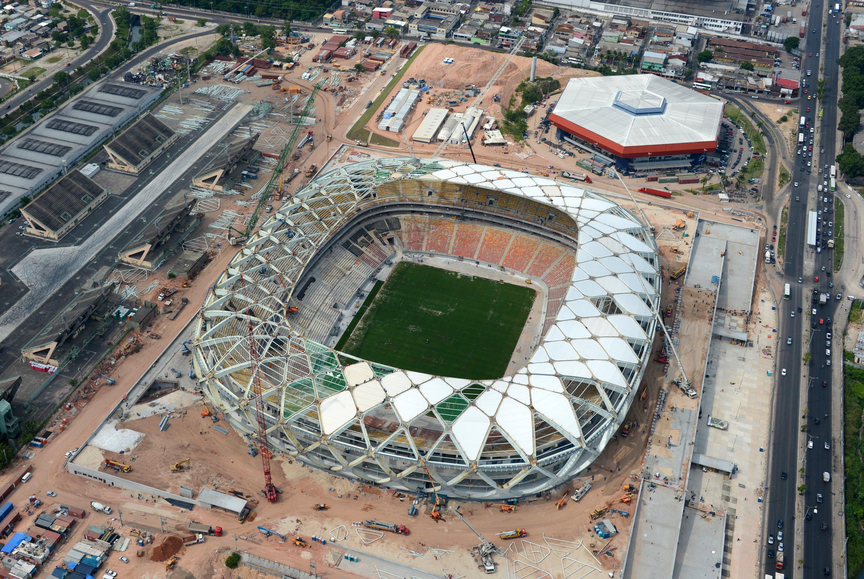 Auch das Fußballstadion in Manaus, die Arena da Amazonia, ist weit hinter den Planungen zurück. Das Bild zeigt den Bauzustand am 10. Dezember 2013.