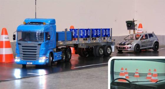 Im Führerhaus des Modelltrucks befindet sich eine Kamera. Das Bild wird auf die Datenbrille übertragen, sodass der Fahrer den Truck aus der Führerhausperspektive steuern kann.