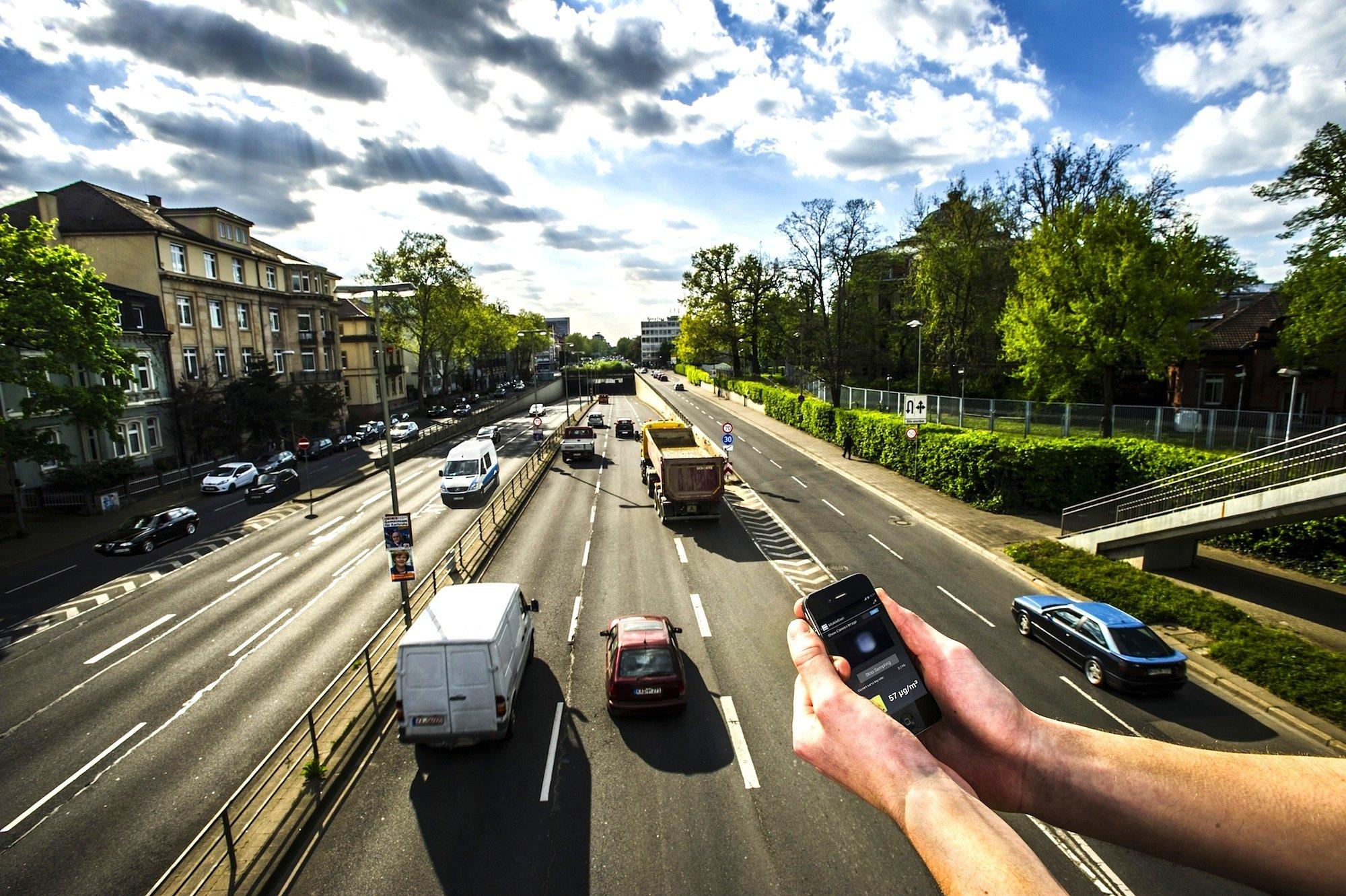 Feinstaubmessung an einer Hauptverkehrsstraße: Per Smartphone mit aufgesetztem Sensor soll das schon ab dem nächsten Jahr möglich sein.