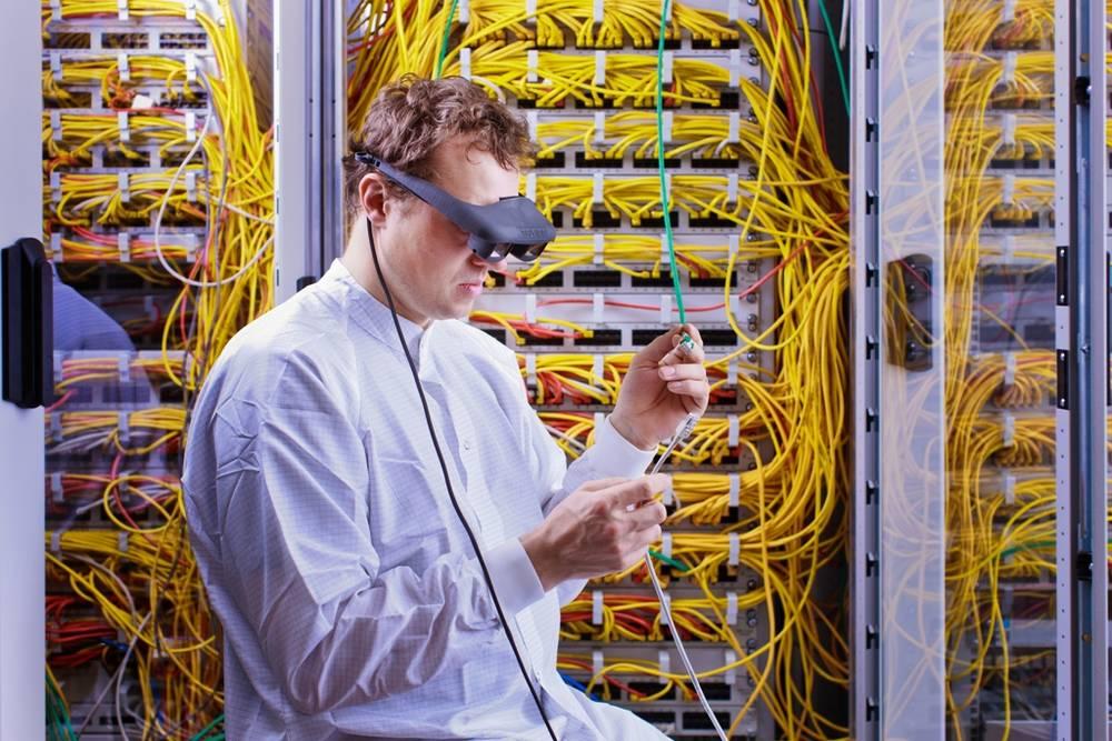 Prof. Rigo Herold von der WHZ trägt eine interaktive Datenbrille mit OLED-Displays.