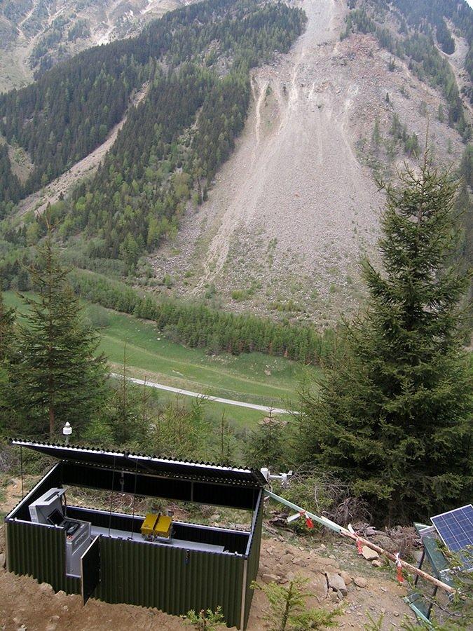 """Der Hang """"Steinlehnen"""" in Nordtirol, im Vordergrund das Mikrowellenradarsystem in seiner Schutzhütte."""