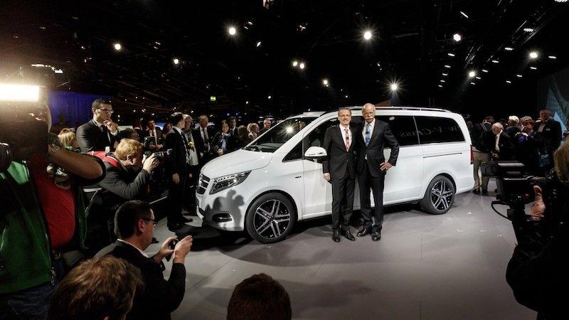 Daimler-Chef Dieter Zetsche (rechts) und Volker Mornhinweg, Leiter Mercedes-Benz Vans, präsentieren auf dem Genfer Autosalon die neue V-Klasse. Zu den Highlights zählt ein Seitenwind-Assistent, der den Wagen bei starken Windböen stabilisiert.