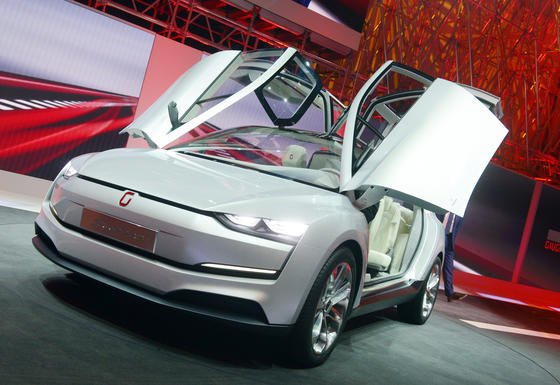 Der sechssitzige Flügeltürer Clipper von Italdesign Giugiaro bringt es mit zwei 110-kW-starken Motoren und Vollradantrieb auf eine Reichweite von 540 Kilometern. Im Inneren sorgen zehn Bildschirme für futuristisches Ambiente. Das Elektroauto basiert auf dem Modularen Querbaukasten von VW.