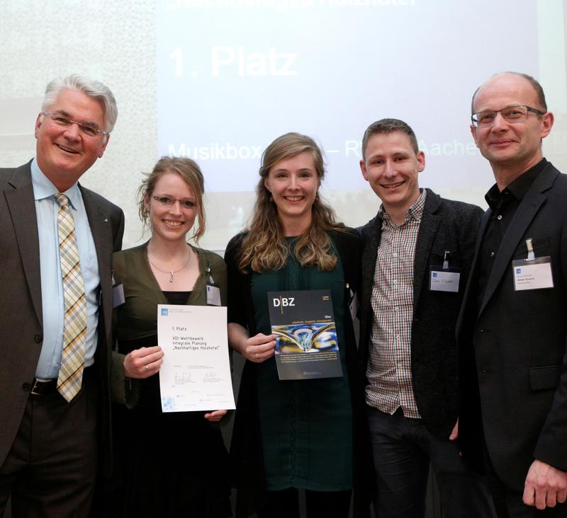 """Siegerteam der RWTH Aachen beim VDI-Entwurfswettbewerb """"Nachhaltiges Holzhotel"""" in Berlin."""