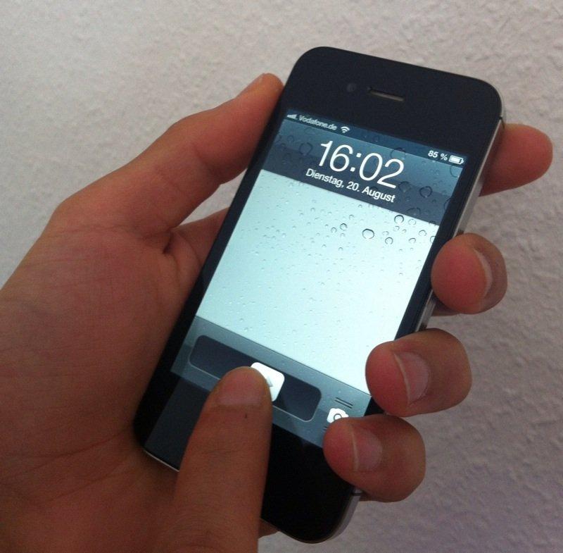 """""""Slide to unlock"""": Beim Smartphone wird durch das Wischen mit dem Finger über den Startbildschirm """"Lockscreen"""" das Gerät aus dem Bereitschaftsmodus in Betrieb gesetzt."""